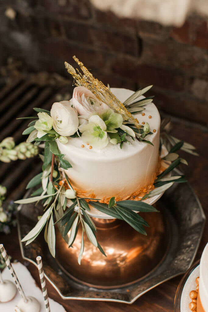 small cake with flowers golden tones ombre style